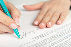 Mão que assina um contrato Imagem de Stock Royalty Free