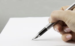 Mão que assina um original foto de stock royalty free