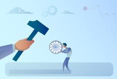 Mão que bate o martelo de Holding Clock With do homem de negócios ilustração royalty free
