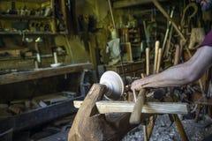 Mão que cinzela uma bacia de madeira com um torno de madeira posto pé fotografia de stock royalty free