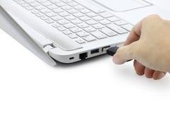 Mão que conecta a movimentação do flash de USB Fotos de Stock