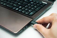Mão que conecta o cabo de USB Fotos de Stock