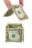 Mão que constrói uma casa do dinheiro fotos de stock royalty free