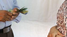 Mão que conta cédulas do dólar australiano vídeos de arquivo