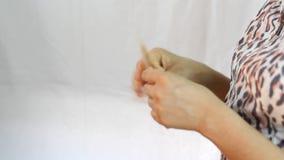 Mão que conta cédulas do dólar canadense vídeos de arquivo
