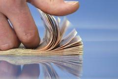 Mão que conta o dinheiro Foto de Stock