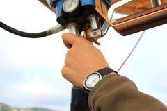 Mão que controla o balão de ar quente Foto de Stock