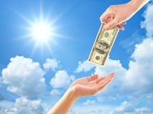 Mão que dá o dinheiro à outra mão Fotos de Stock Royalty Free