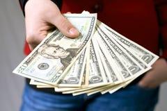 Mão que dá o dinheiro do dólar Fotografia de Stock Royalty Free