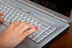 Mão que datilografa em um portátil Imagens de Stock