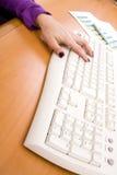 Mão que datilografa em um teclado Fotos de Stock