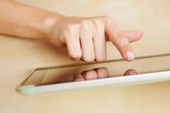 Mão que datilografa no computador da tabuleta Fotografia de Stock Royalty Free