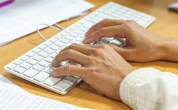 Mão que datilografa no teclado fotografia de stock royalty free