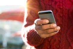 Mão que datilografa no telefone Imagem de Stock Royalty Free