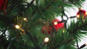 Mão que decora a árvore de Natal com bola video estoque