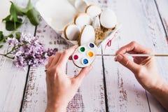 M?o que decora cookies coloridas do p?o-de-esp?cie no fundo de madeira Vista superior fotografia de stock