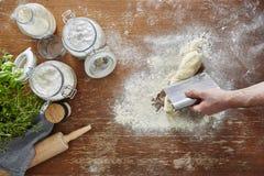 Mão que divide o cozimento caseiro da cena da cozinha da massa Fotografia de Stock