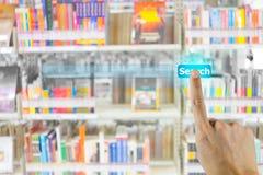 Mão que empurra no botão do Search Engine imagem de stock royalty free