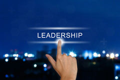 Mão que empurra o botão da liderança no tela táctil Fotos de Stock Royalty Free