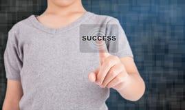 Mão que empurra o botão do sucesso em um tela táctil Fotos de Stock Royalty Free
