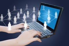 Mão que empurra o teclado do portátil com rede social. Fotografia de Stock