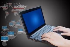 Mão que empurra o teclado do portátil com rede social. Foto de Stock Royalty Free