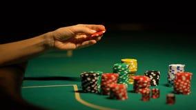 Mão que escolhe a microplaqueta na tabela do pôquer, preocupação do jogador, receosa perder a aposta tudo filme