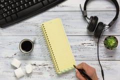 Mão que escreve para fazer a opinião aérea da lista Imagem de Stock Royalty Free