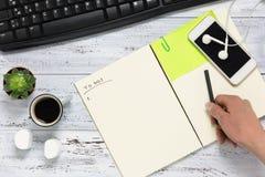Mão que escreve para fazer a opinião aérea da lista Fotografia de Stock