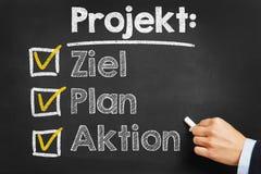 Mão que escreve Projekt: Plano Aktion de Ziel no quadro Fotos de Stock Royalty Free