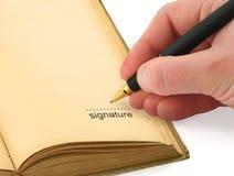 Mão que escreve uma assinatura Fotos de Stock Royalty Free