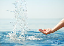 Mão que espirra a agua potável fotografia de stock royalty free