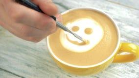 Mão que faz o smiley da arte do latte video estoque