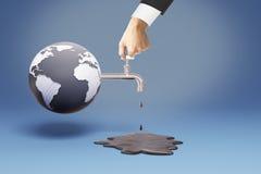 Mão que gira sobre a torneira do óleo Imagem de Stock