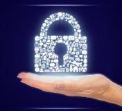 Mão que guarda ícones do computador em uma forma do cadeado da segurança Imagens de Stock Royalty Free