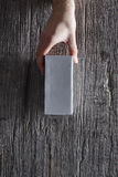 Mão que guarda caixa sem marca da parte superior Imagem de Stock Royalty Free