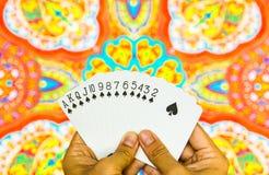 Mão que guarda cartões Fotos de Stock