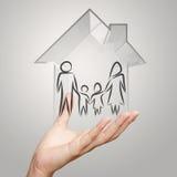 Mão que guarda a casa 3d com ícone da família Imagens de Stock Royalty Free