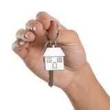 Mão que guarda a chave da casa Fotos de Stock Royalty Free