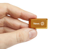 Mão que guarda a chave de computador da notícia fotografia de stock