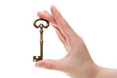 Mão que guarda a chave velha Fotos de Stock Royalty Free