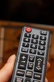 Mão que guarda de controle remoto para a televisão Foto de Stock Royalty Free