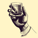 Mão que guarda de vidro com bebida forte Ilustração do vetor do desenho do vintage Fotografia de Stock Royalty Free