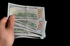 Mão que guarda diversas notas do dólar Fotos de Stock Royalty Free