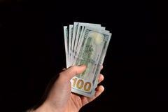 Mão que guarda diversas notas do dólar Imagens de Stock Royalty Free