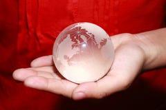 Mão que guarda global Imagens de Stock Royalty Free