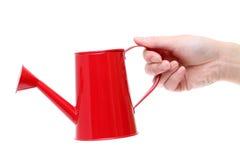 Mão que guarda a lata molhando vermelha imagens de stock