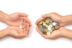 Mão que guarda moedas no fundo branco fotos de stock
