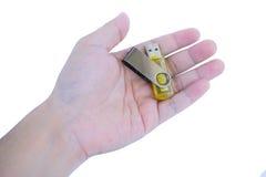 Mão que guarda a movimentação amarela do flash do usb Imagem de Stock Royalty Free