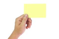 Mão que guarda notas amarelas do espaço Imagens de Stock Royalty Free